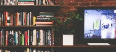 βιβλιοθήκη με τηλεόραση